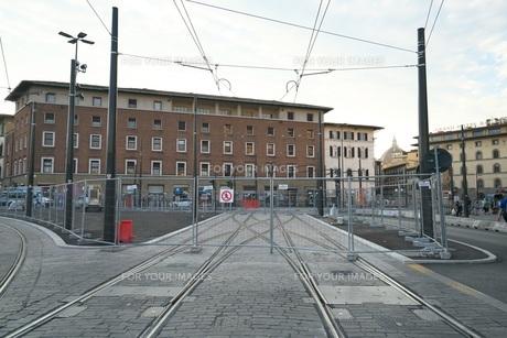 早朝のフィレンツェの路面電車の線路の写真素材 [FYI01204824]