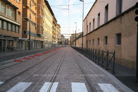 早朝のフィレンツェの路面電車の線路の写真素材 [FYI01204825]