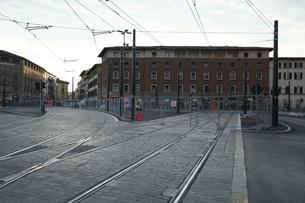 早朝のフィレンツェの路面電車の線路の写真素材 [FYI01204826]