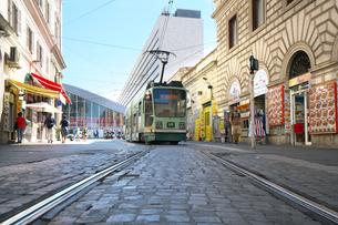早朝のローマの路面電車の写真素材 [FYI01204827]