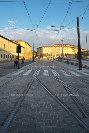 早朝のフィレンツェの路面電車の線路の写真素材 [FYI01204828]