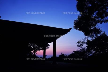 夜明け(日の出)の光景 ・ 大自然の美しさに息をのむ瞬間…の写真素材 [FYI01204891]