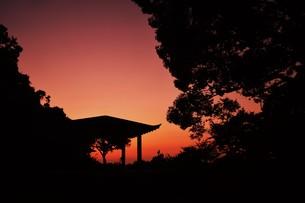 夜明け(日の出)の光景 ・ 大自然の美しさに息をのむ瞬間…の写真素材 [FYI01204893]