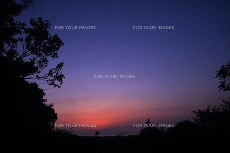 夜明け(日の出)の光景 ・ 大自然の美しさに息をのむ瞬間…の写真素材 [FYI01204894]