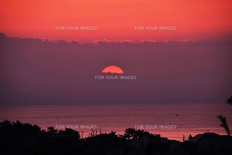 夜明け(日の出)の光景 ・ 大自然の美しさに息をのむ瞬間…の写真素材 [FYI01204895]