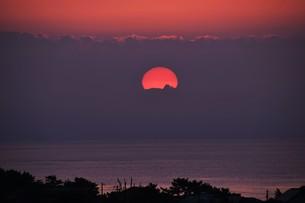 夜明け(日の出)の光景 ・ 大自然の美しさに息をのむ瞬間…の写真素材 [FYI01204896]