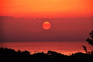 夜明け(日の出)の光景 ・ 大自然の美しさに息をのむ瞬間…の写真素材 [FYI01204898]