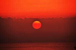夜明け(日の出)の光景 ・ 大自然の美しさに息をのむ瞬間…の写真素材 [FYI01204899]