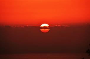 夜明け(日の出)の光景 ・ 大自然の美しさに息をのむ瞬間…の写真素材 [FYI01204900]