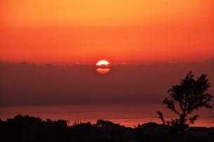 夜明け(日の出)の光景 ・ 大自然の美しさに息をのむ瞬間…の写真素材 [FYI01204901]