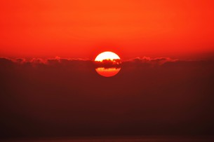 夜明け(日の出)の光景 ・ 大自然の美しさに息をのむ瞬間…の写真素材 [FYI01204902]