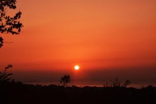 夜明け(日の出)の光景 ・ 大自然の美しさに息をのむ瞬間…の写真素材 [FYI01204903]