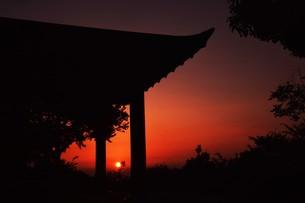 夜明け(日の出)の光景 ・ 大自然の美しさに息をのむ瞬間…の写真素材 [FYI01204904]