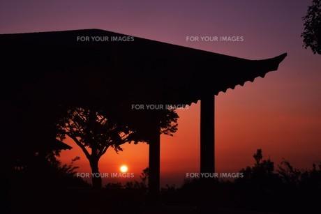 夜明け(日の出)の光景 ・ 大自然の美しさに息をのむ瞬間…の写真素材 [FYI01204905]