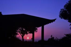 夜明け(日の出)の光景 ・ 大自然の美しさに息をのむ瞬間…の写真素材 [FYI01204906]