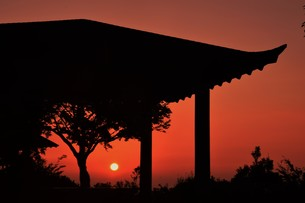 夜明け(日の出)の光景 ・ 大自然の美しさに息をのむ瞬間…の写真素材 [FYI01204907]