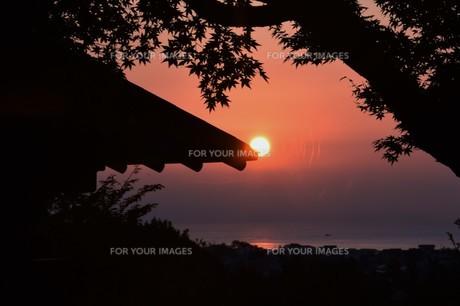 夜明け(日の出)の光景 ・ 大自然の美しさに息をのむ瞬間…の写真素材 [FYI01204910]