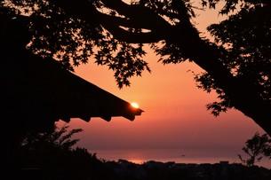 夜明け(日の出)の光景 ・ 大自然の美しさに息をのむ瞬間…の写真素材 [FYI01204911]