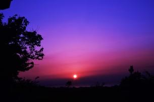 夜明け(日の出)の光景 ・ 大自然の美しさに息をのむ瞬間…の写真素材 [FYI01204920]