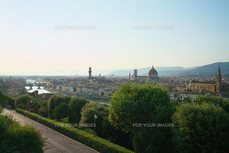 ミケランジェロ広場から眺めるフィレンツェの町の写真素材 [FYI01204929]
