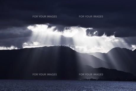浜辺の日没 ・ 天使のはしごが降りてきて あたり一面金色に染まる…の写真素材 [FYI01205086]