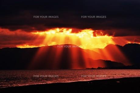 浜辺の日没 ・ 天使のはしごが降りてきて あたり一面金色に染まる…の写真素材 [FYI01205087]