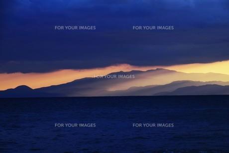 浜辺の日没 ・ 天使のはしごが降りてきて あたり一面金色に染まる…の写真素材 [FYI01205088]