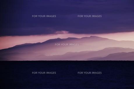 浜辺の日没 ・ 天使のはしごが降りてきて あたり一面金色に染まる…の写真素材 [FYI01205089]