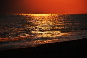 浜辺の日没 ・ 天使のはしごが降りてきて あたり一面金色に染まる…の写真素材 [FYI01205090]
