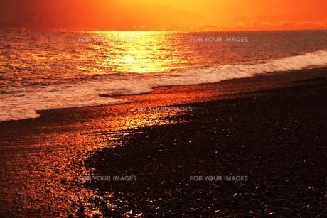 浜辺の日没 ・ 天使のはしごが降りてきて あたり一面金色に染まる…の写真素材 [FYI01205091]