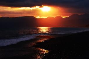 浜辺の日没 ・ 天使のはしごが降りてきて あたり一面金色に染まる…の写真素材 [FYI01205092]