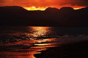 浜辺の日没 ・ 天使のはしごが降りてきて あたり一面金色に染まる…の写真素材 [FYI01205093]