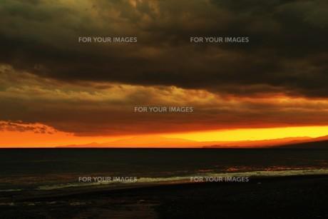 浜辺の日没 ・ 天使のはしごが降りてきて あたり一面金色に染まる…の写真素材 [FYI01205094]