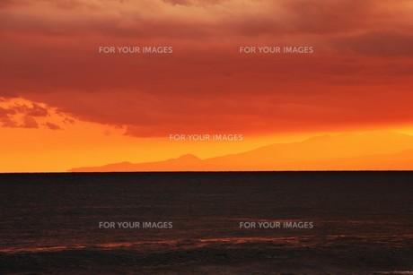 浜辺の日没 ・ 天使のはしごが降りてきて あたり一面金色に染まる…の写真素材 [FYI01205095]