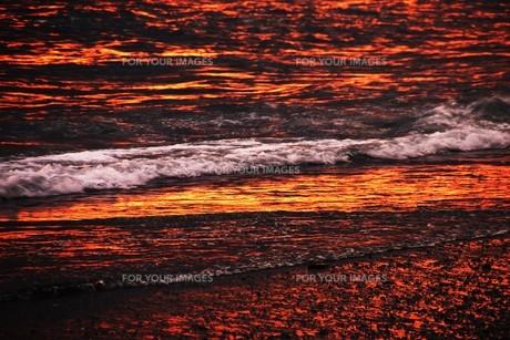 浜辺の日没 ・ 天使のはしごが降りてきて あたり一面金色に染まる…の写真素材 [FYI01205096]