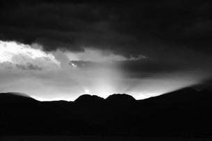 浜辺の日没 ・ 天使のはしごが降りてきて あたり一面金色に染まる…の写真素材 [FYI01205097]
