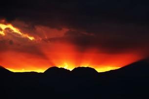 浜辺の日没 ・ 天使のはしごが降りてきて あたり一面金色に染まる…の写真素材 [FYI01205098]