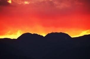 浜辺の日没 ・ 天使のはしごが降りてきて あたり一面金色に染まる…の写真素材 [FYI01205099]