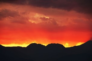 浜辺の日没 ・ 天使のはしごが降りてきて あたり一面金色に染まる…の写真素材 [FYI01205100]