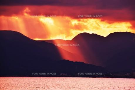 浜辺の日没 ・ 天使のはしごが降りてきて あたり一面金色に染まる…の写真素材 [FYI01205101]
