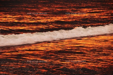 浜辺の日没 ・ 天使のはしごが降りてきて あたり一面金色に染まる…の写真素材 [FYI01205102]