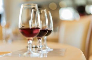 ソムリエ専用のテイスティング用のヴィンテージの赤ワインのグラスの写真素材 [FYI01205179]