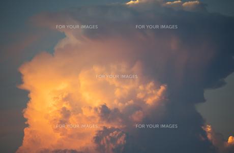 夕日に照らされる巨大な積乱雲の写真素材 [FYI01205304]