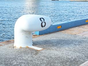港にある8番のボラード-12月の兵庫県神戸市神戸港-の写真素材 [FYI01205352]