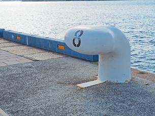 港にある8番のボラード-12月の兵庫県神戸市神戸港-の写真素材 [FYI01205353]
