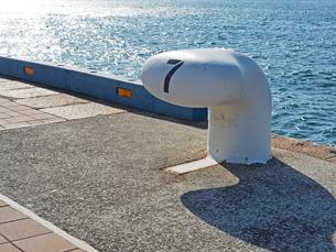 港にある7番のボラード-12月の兵庫県神戸市神戸港-の写真素材 [FYI01205356]