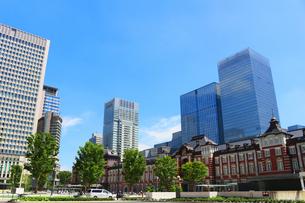 レンガで造られたクラシックな東京駅と新しい高層ビルの写真素材 [FYI01205661]