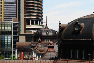 レトロな東京駅の屋根と現代的なビルの壁面の写真素材 [FYI01205672]