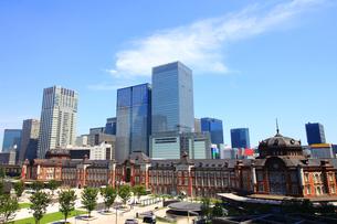 レンガで造られたクラシックな東京駅と新しい高層ビルの写真素材 [FYI01205674]