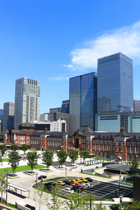 レンガで造られたクラシックな東京駅と新しい高層ビルの写真素材 [FYI01205675]